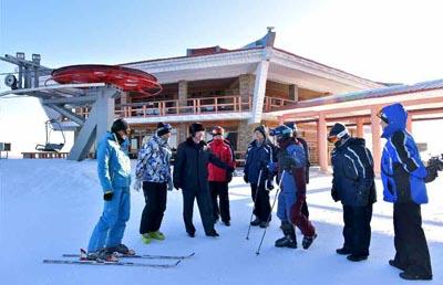馬息嶺スキー場を視察する韓国政府の先発隊(朝鮮中央通信)