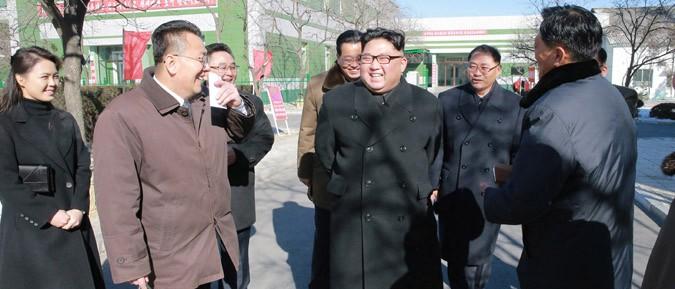 平壌製薬工場を現地指導した金正恩氏(2018年1月25日付朝鮮中央通信より)
