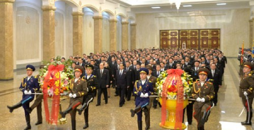 朝鮮労働党と国家の幹部が錦繍山太陽宮殿を参拝した。(2018年1月1日付朝鮮中央通信より)