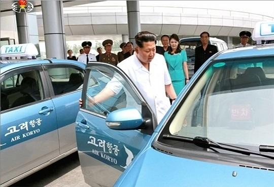 2015年6月、空港新ターミナルを視察した金正恩夫妻(朝鮮中央通信)