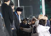 25日の閉幕式で北朝鮮の金英哲氏と握手する文在寅大統領(青瓦台提供)