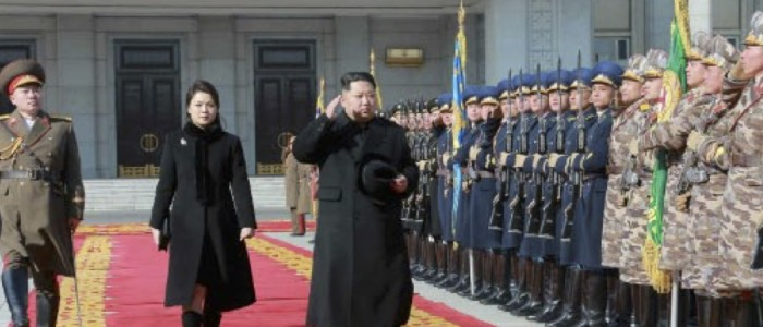 北朝鮮軍創建70周年記念軍事パレードに参加した金正恩氏と李雪主氏(2018年2月9日付労働新聞より)