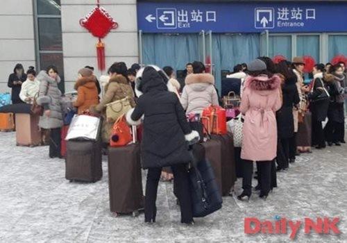 丹東駅前で列車を待つ平壌高麗館の女性従業員たち(画像:デイリーNK北朝鮮情報筋)