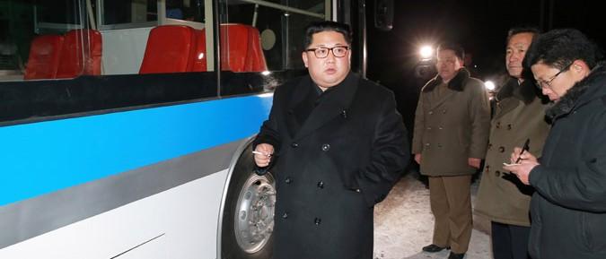 新型トロリーバスに乗った金正恩氏(2018年2月4日付労働新聞より)