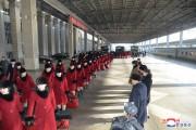 平壌を出発する北朝鮮の芸術団。右列手前から2人目が金与正氏(朝鮮中央通信)