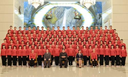 三池淵管弦楽団と記念写真を撮った金正恩氏(2018年2月13日付朝鮮中央通信より)
