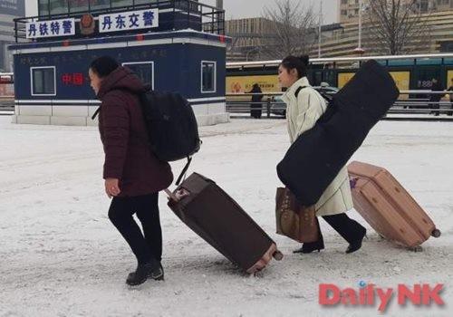 楽器を持って丹東駅に向かう女性従業員(画像:デイリーNK北朝鮮情報筋)