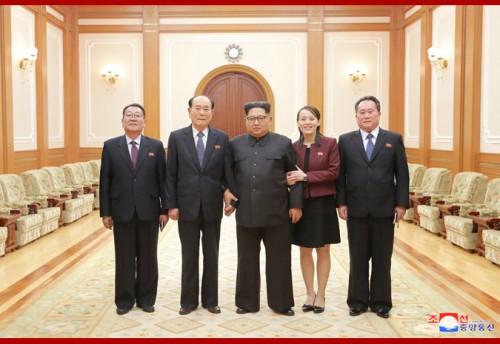 訪韓した高位級代表団と面会した金正恩氏(朝鮮中央通信)