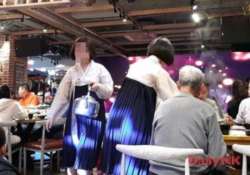 遼寧省丹東のレストランでインターンとして働く北朝鮮の女子大生(画像:デイリーNK特別取材班)