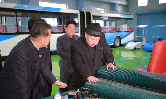 工場内でタバコを吸う金正恩氏(朝鮮中央通信より)