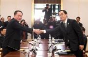 1月の南北高位級会談で握手する北朝鮮の李善権祖国平和統一委員会委員長(左)と韓国の趙明均統一省長官