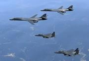 朝鮮半島上空を飛行中の米軍B-1B戦略爆撃機と韓国軍のF-15K