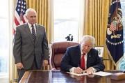 米国のトランプ大統領(右)とペンス副大統領