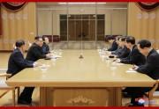 韓国の特使団と面談する金正恩氏と金与正氏ら(朝鮮中央通信)