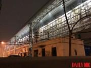 巨大な間仕切り壁が設置された丹東駅(画像:デイリーNK情報筋)
