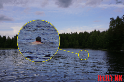 革命の聖地の三池淵で泳ぐ外国人男性(画像:平壌高級幹部提供)