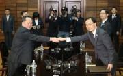 3月29日の南北高位級会談で握手する北朝鮮の李善権(リ・ソングォン)祖国平和統一委員会委員長(左)と韓国の趙明均(チョ・ミョンギュン)統一相(統一省提供)