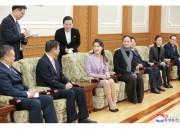 中国芸術団の公演に先立ち、中国共産党の宋濤対外連絡部長(前列左から2人目)と話す李雪主氏(2018年4月15日付労働新聞)