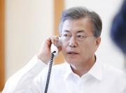 安倍首相と電話会談を行う文在寅大統領