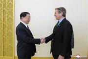 4月28日、平壌市内の万寿台議事堂で面談した盧斗哲(ロ・ドゥチョル)内閣副総理兼国家計画委員会委員長と、フェルナンド・コロール元ブラジル大統領。