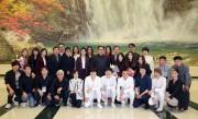 韓国芸術団との記念写真に収まった金正恩夫妻(朝鮮中央通信)