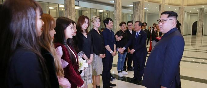 金正恩氏と韓国芸術団(2018年4月2日付朝鮮中央通信より)