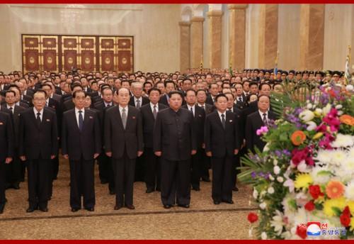 錦繍山太陽宮殿を参拝した金正恩氏(2018年4月16日付朝鮮中央通信)