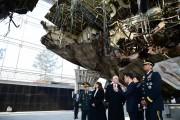 2月9日、引き上げられた哨戒艦「天安」を見学するペンス米副大統領å