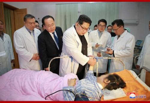 23日夕、前日のバス死傷事故で負傷した中国人観光客を見舞う金正恩氏(朝鮮中央通信)
