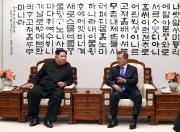 2018年4月27日、板門店で首脳会談を行った金正恩氏と文在寅氏(板門店合同取材団)