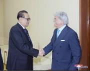 李洙墉(リ・スヨン)最高人民会議外交委員長を表敬訪問したイタリア朝鮮友好議会グループのアントニオ・ラッツィ委員長(右)