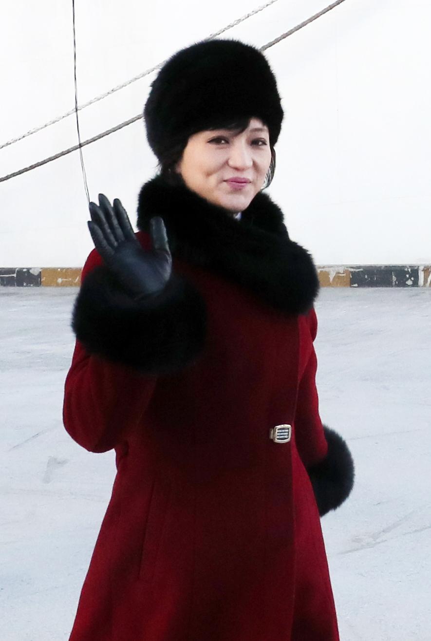 손인사하는 북한 여성 예술단원