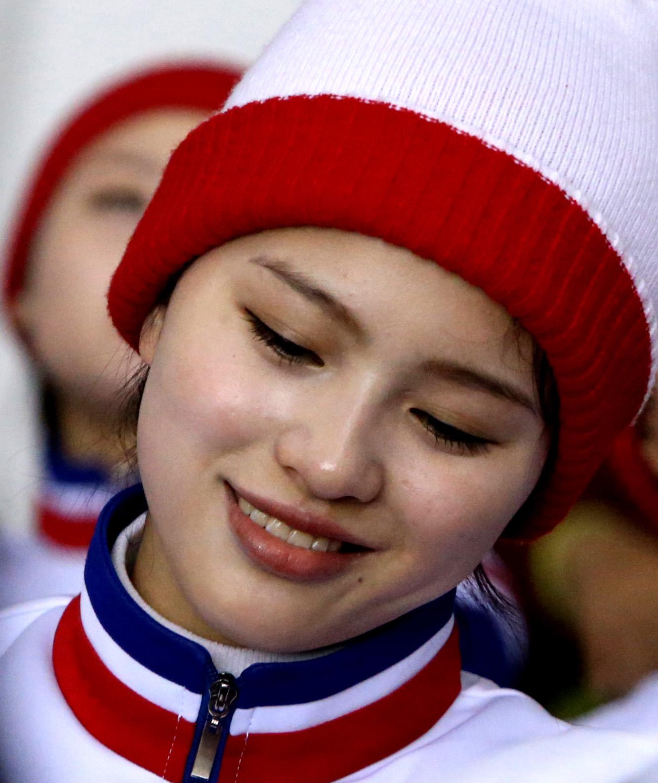 북한 여성의 수줍은 표정