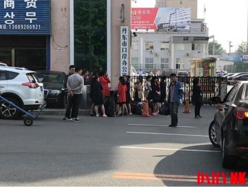 丹東税関前で待機する北朝鮮から来た女性労働者(画像:デイリーNK対中情報筋、5月24日撮影)