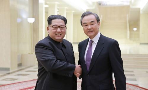中国の王毅外相と会談した金正恩氏(2018年5月4日付朝鮮中央通信より)