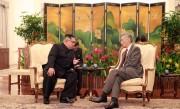 シンガポール首相と会談した金正恩氏(2018年6月11日付け朝鮮中央通信より)