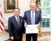 1日、ホワイトハウスでトランプ氏に金正恩氏の親書を手渡した金英哲氏(ホワイトハウス提供)