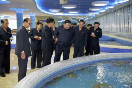 平壌大同江水産物食堂を視察した金正恩氏(2018年6月9日付労働新聞より)