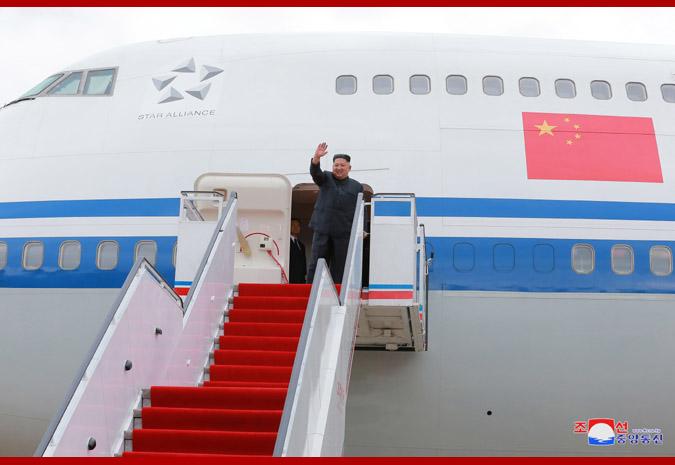 10日、シンガポールを訪問するため中国の要人専用機に乗り込む金正恩氏(朝鮮中央通信)