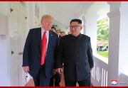12日、シンガポールで首脳会談を行った金正恩氏とトランプ氏(朝鮮中央通信)