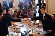 22日、南北赤十字会談で握手する朝鮮祖国平和統一委員会のパク・ヨンイル副委員長(右)と大韓赤十字社のパク・ギョンソ会長(写真合同取材団)