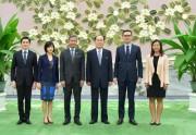 シンガポールのバラクリシュナン外相(左から3人目)と金永南氏(同4人目=朝鮮中央通信)
