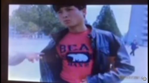 プリント入りのTシャツが非社会主義的だとしてとがめられる若者(北朝鮮の幹部向け映像キャプチャ)