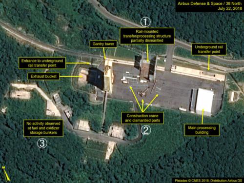 22日に撮影された北朝鮮・東倉里の「西海衛星発射場」の衛星写真。(1)部分的に解体された弾道ミサイル組み立て用建物(2)クレーンと解体された構造物(3)手つかずの燃料貯蔵施設(エアバス・ディフェンス・アンド・スペース/38ノース提供・共同)