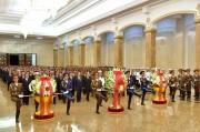 8日、金日成氏の24周忌に際して錦繍山太陽宮殿を参拝した北朝鮮の幹部たち(2018年7月8日付労働新聞)
