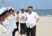 海軍指揮官らの水泳能力判定訓練を指導する金正恩氏(2014年7月2日付朝鮮中央通信)
