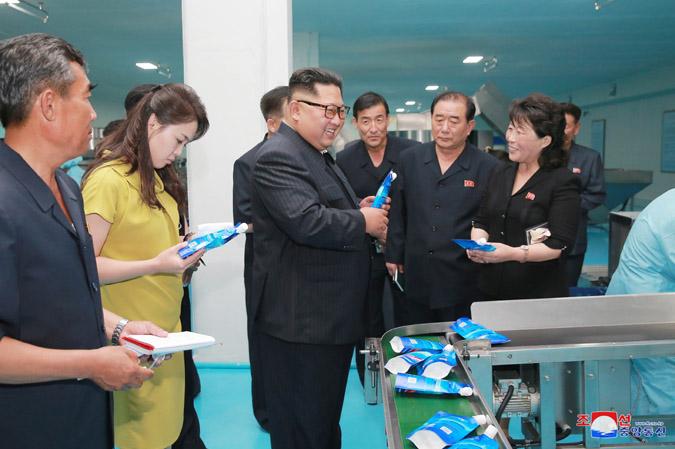 新義州化粧品工場を現地指導する金正恩氏と李雪主夫人(2018年7月1日付朝鮮中央通信)