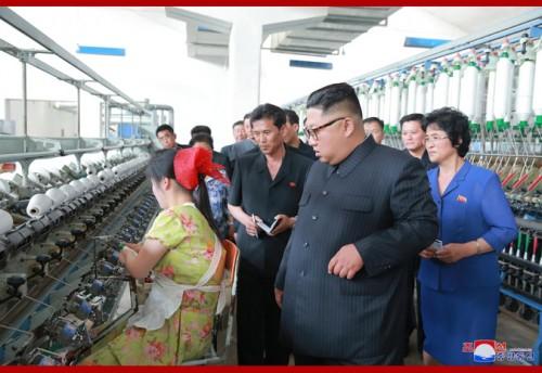 新義州紡績工場を視察する金正恩氏(2018年7月2日付朝鮮中央通信)