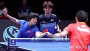 21日、卓球・韓国オープンの混合ダブルス決勝戦で中国と対決したチャン・ウジン(中央)とチャ・ヒョシム(左、ニューシス Korea)
