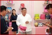 元山戦傷栄誉軍人かばん工場を現地指導する金正恩氏(2018年7月26日付朝鮮中央通信)